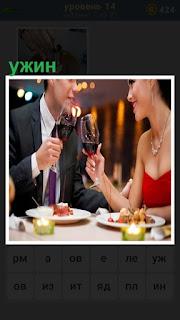 в ресторане ужин мужчины и женщины за столом пьют вино