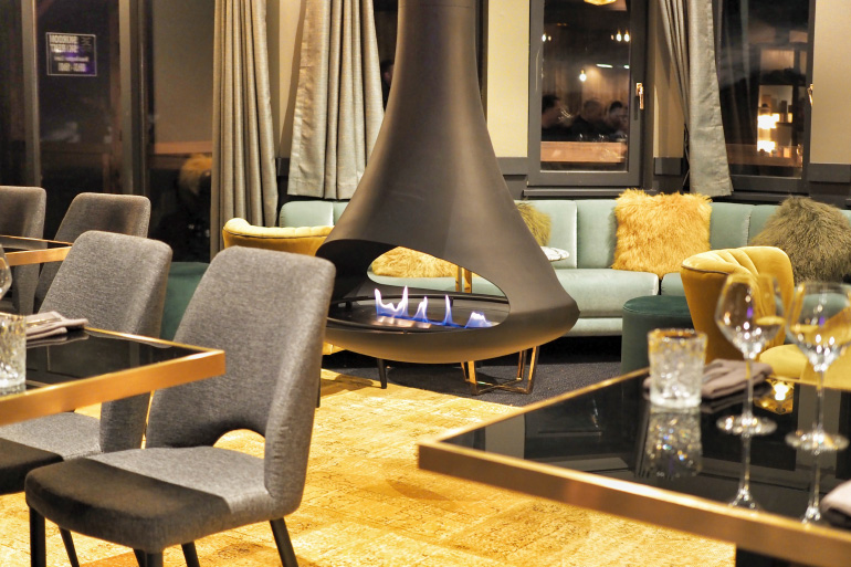 Restaurant de l'hôtel Fahrenheit Seven - cheminée en salle