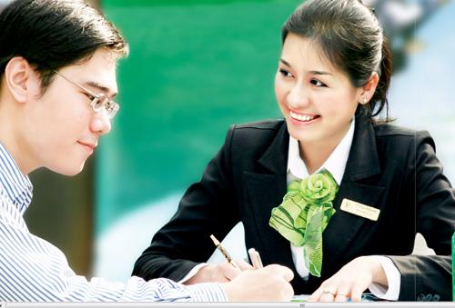 Vietcombank thu hút ngay sự chú ý với trang phục đồ kiểu. Nhân viên nữ áo sơ mi và váy hoặc quần nhưng luôn kết hợp cùng áo vest đen, đối với nhân viên nam luôn là quần âu và áo sơ mi.