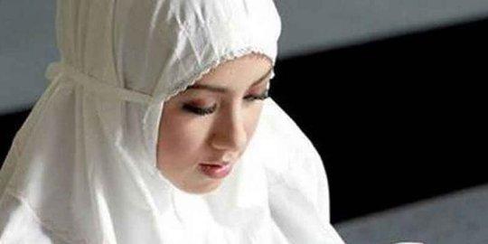 Begini hukum wanita shalat menggunakan kosmetik