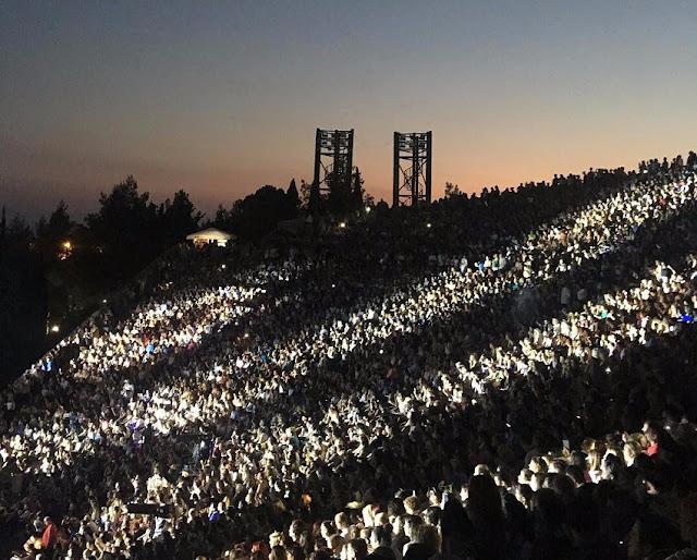 http://www.thestival.gr/culture/entertainment/item/392122-katamesto-to-theatro-gis-gia-ti-synaulia-tou-antoni-remoy-kai-tis-elenas-paparizoy-foto