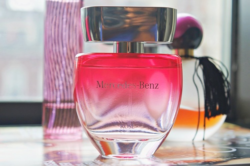 perfume review 39 rose 39 by luxury car brand mercedes benz. Black Bedroom Furniture Sets. Home Design Ideas