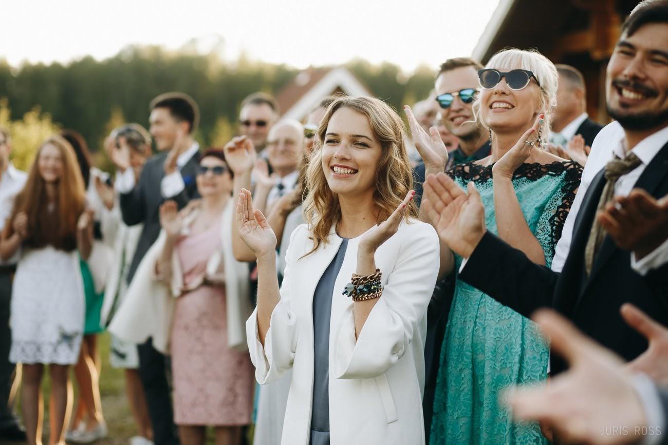 draugi kāzās