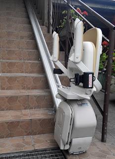 Szyna jezdna montowana do stopni schodów w krzesełku schodowym Acorn Superglide