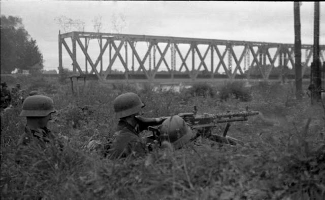 German troops with a MG-34 operating across the Dnepr River 2 September 1941 worldwartwo.filminspector.com