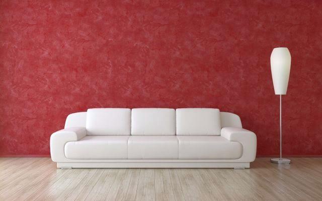 657d9707 Ejemplo de sofá rojo de estilo moderno combinado con unos cojines en tono  gris oscuro. Perfecto para colocar en una pared blanca.