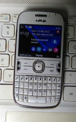 Nokia Asha 302 dari depan (original)