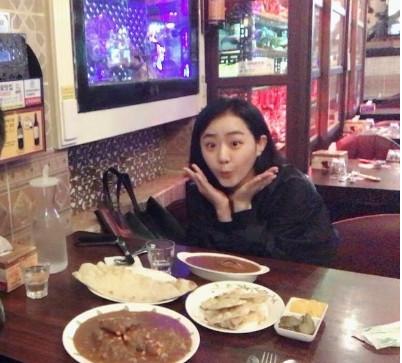 文瑾瑩熬過截肢危險首露面! 舉起手臂對鏡頭嘟嘴