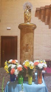 Ofrenda de flores en la parroquia en la fiesta de la Virgen del Pilar