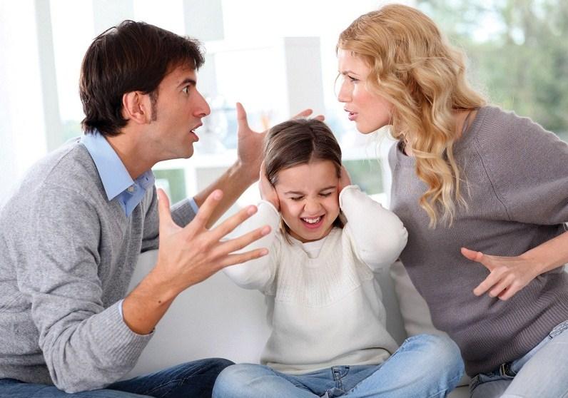 Những điều bố mẹ không nên làm trước mặt con trẻ