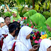 Peringati Hari Guru, Siswa MI PGM Berikan Bunga dan Puisi Untuk Guru