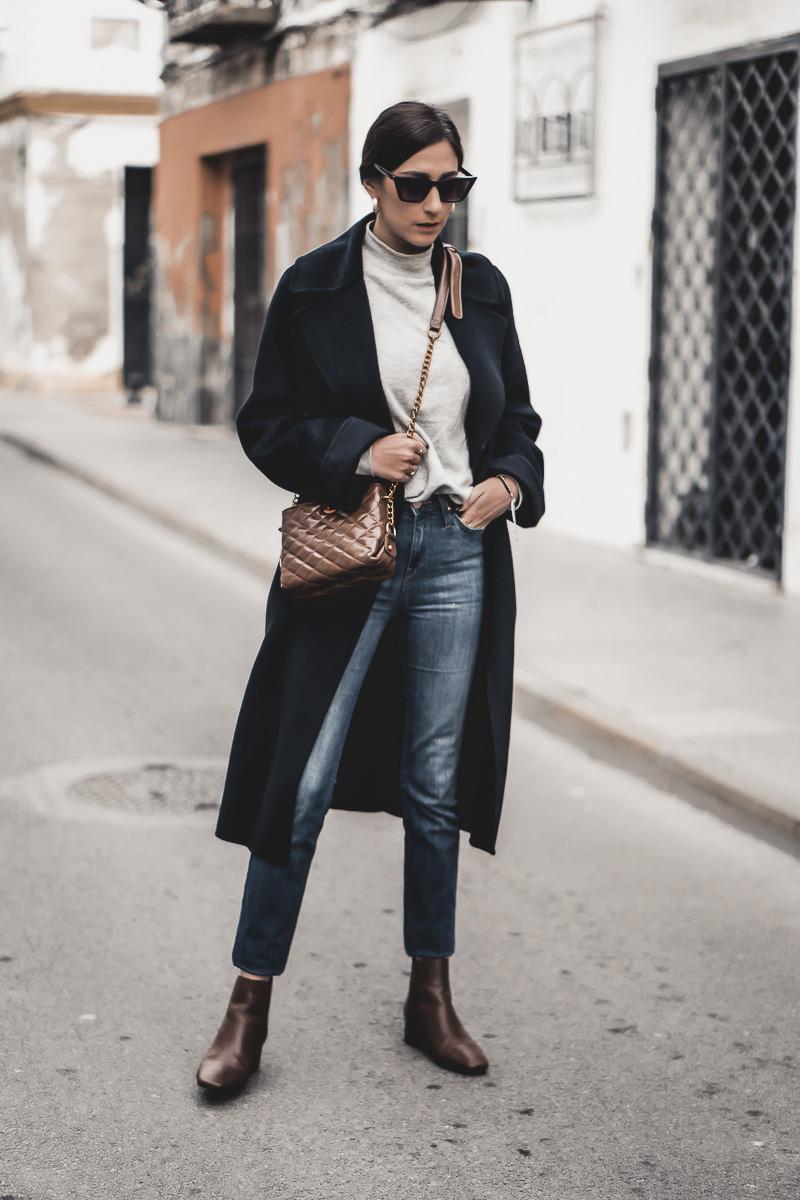 combinar un abrigo azul