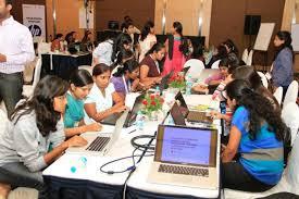 perempuan belajar internet