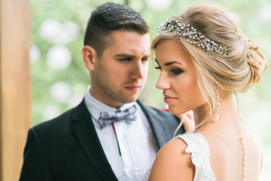 Kryształowy, biżuteryjny wianek ślubny z gałązkami.