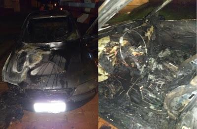 Carro é destruído pelo fogo em Faxinal
