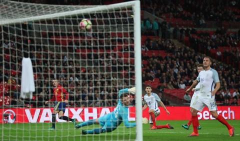 Siêu phẩm vào lưới đội tuyển Anh của Aspas.