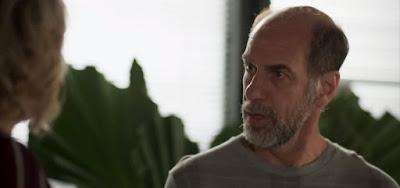 Max (Roberto Bontempo) desconfiará do namoro fake do filho nos próximos capítulos