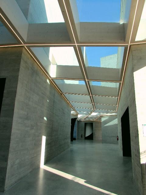 Corredor e teto do Centro de Interpretação do Românico