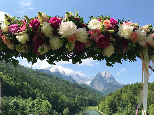lake-side wedding in the Bavarian mountains, Garmisch-Partenkirchen, Germany, wedding venue Riessersee Hotel, wedding planner Uschi Glas, getting married abroad