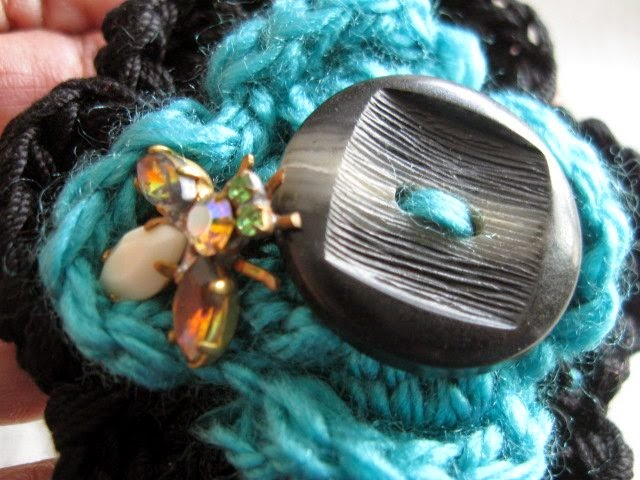 https://www.etsy.com/listing/194329045/crochet-brooch-black-and-turquoise-green?ref=shop_home_active_1
