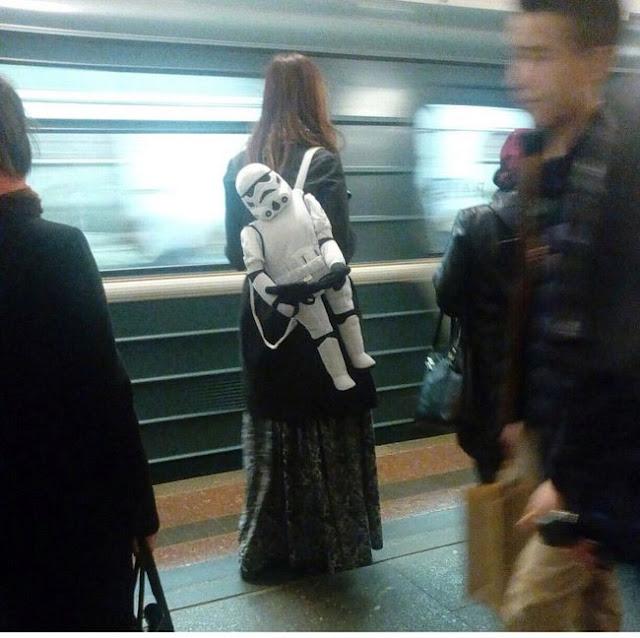 Certamente ninguém se atreve a roubar a... bolsa? Soldado imperial?