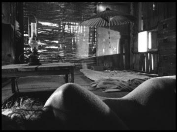 Mujer de la Arena Fotograma mujer desnuda tumbada en el suelo en salón