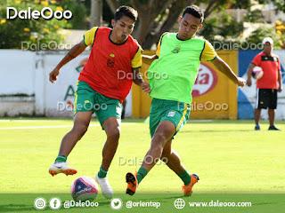 Ferddy Roca disputa el balón con Ronaldo Sánchez en la práctica de Oriente Petrolero en San Antonio - DaleOoo