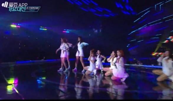 尷尬!SBS歌謠大戰出包播錯歌 TWICE全員傻眼站台上