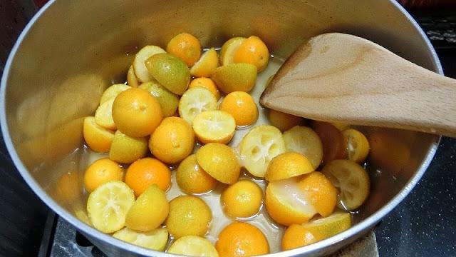 鍋に砂糖、酢、水、金柑を入れて味を馴染ませる