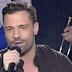 Ο Κωνσταντίνος Αργυρός μάγεψε με τα τραγούδια του στην πρεμιέρα του Λάκη Λαζόπουλου