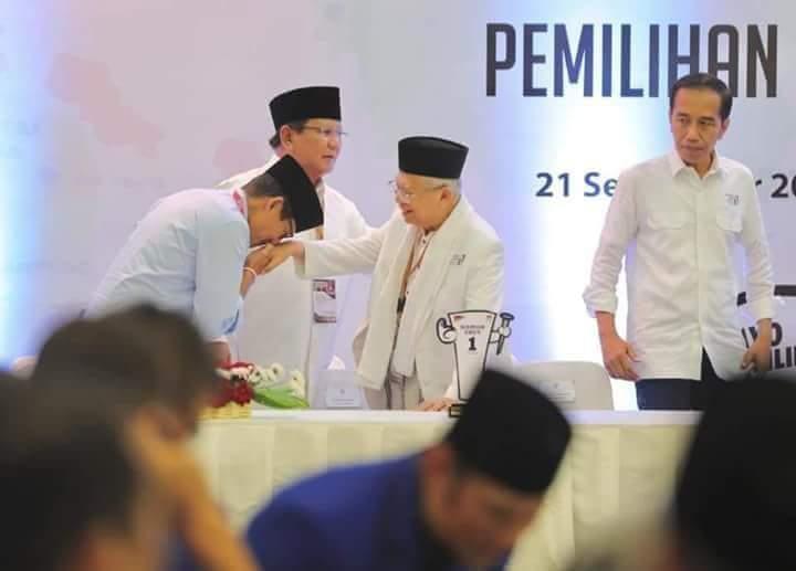 Adegan Mengagumkan Di Balik Viral Foto Sandi Cium Tangan Kiyai Ma'ruf