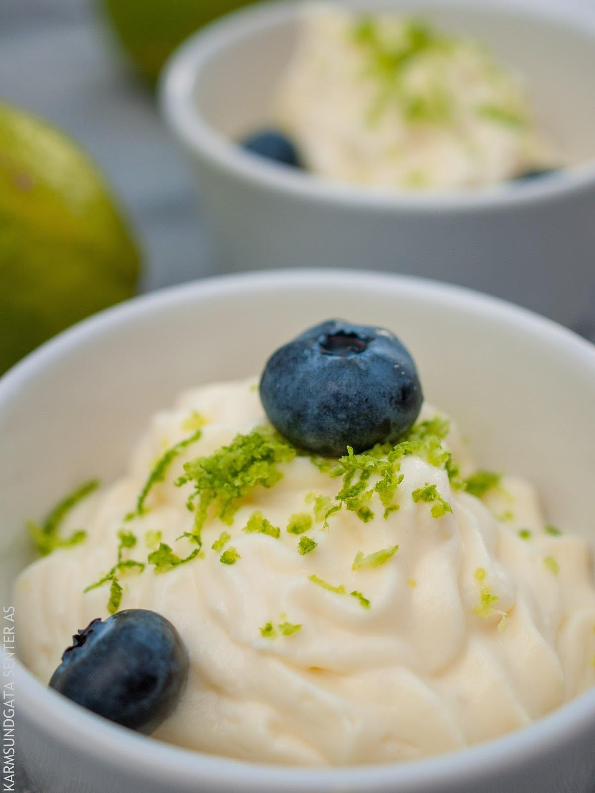Hvit sjokolademousse med blåbær og lime oppskrift