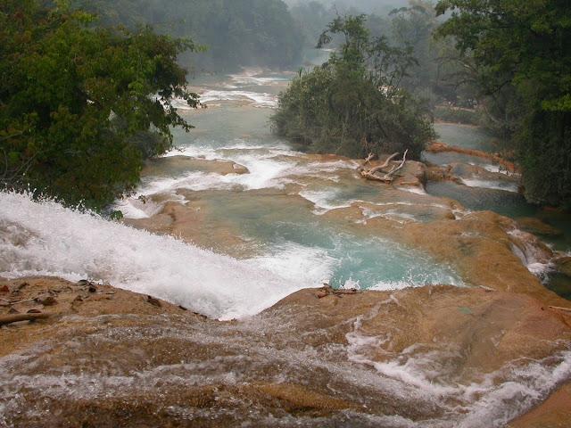 Vue sur la rivière en aval, avec la multitude de vasques