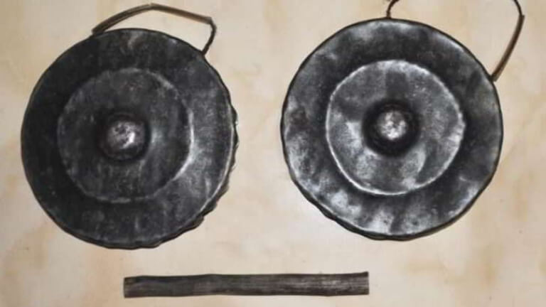cara memainkan alat musik faritia adalah dipukul