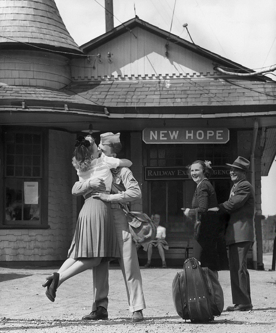60 + 1 Heart-Warming Historical Pictures That Illustrate Love During War - A Young Woman Lifts Her Feet While Embracing And Kissing A Uniformed Us Soldier At The Train Station, Connecticut, 1945