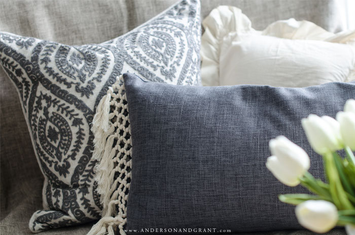 The basics of mixing and matching pillows for your sofa or bed #throwpillows #howtodecorate #decorate #pillows #andersonandgrant