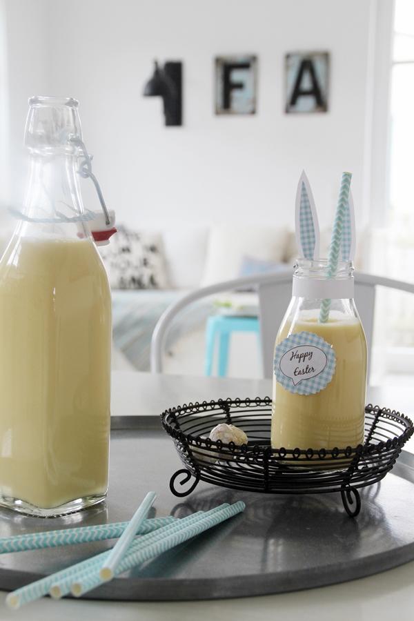 Fläschchen mit Pina Colada gefüllt, blau weiß gestreifter Strohhalm ,weiß blaue Hasenohren sind an der Flasche angeklebt