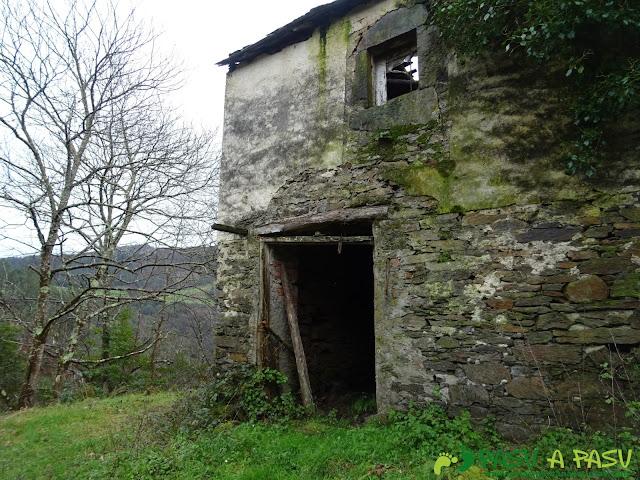 Casa abandonada bajando al Puente de Castrillón desde Piñeira