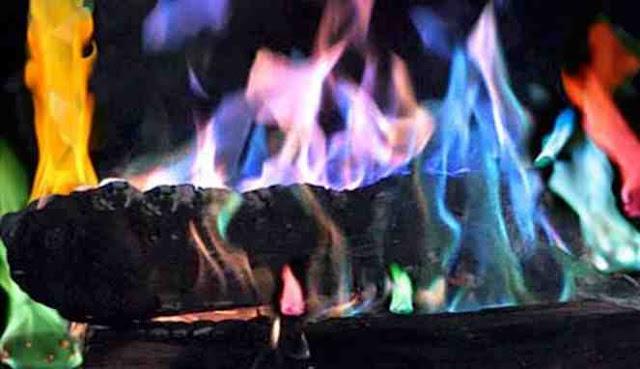 Kobaran api warna-warni