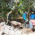 Babinsa Kedawungkulon Bantu Pemasangan Paving Warga Binaannya