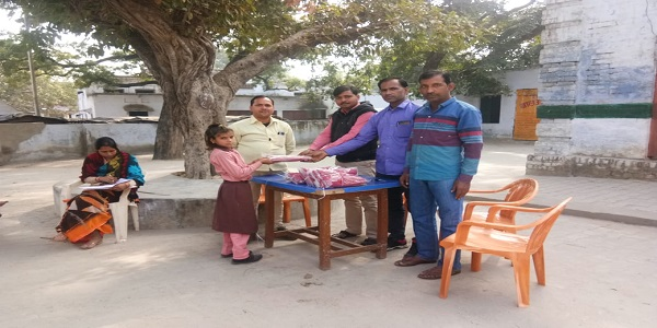 Prathmik-vidyalye-me-mohalle-ke-hi-sabhasd-dwara-131-baccho-ko-sweater-vitrit-kiye