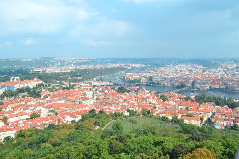 wieża widokowa, wieża petrinska, wgórze petrin, widok na całą Pragę, widok z lotu ptaka