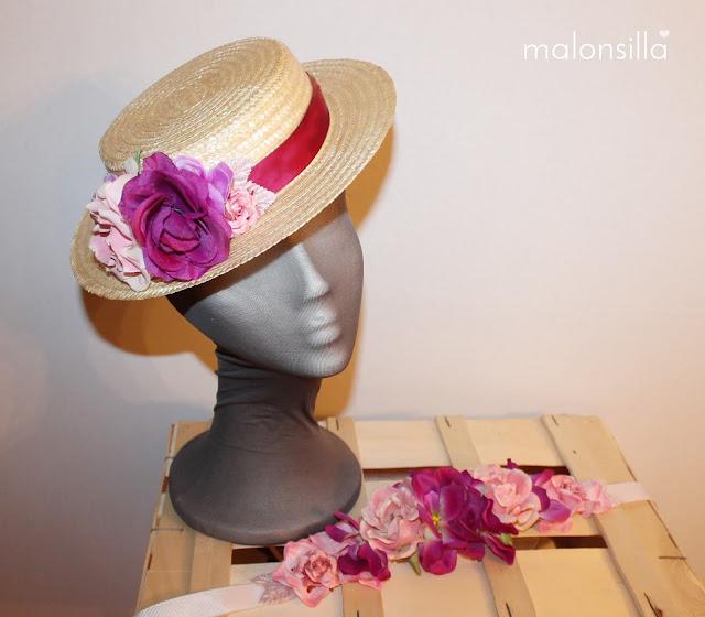 Canotier con flores en rosa palo y berenjena y cinturón de flores con lazo con los mismos colores