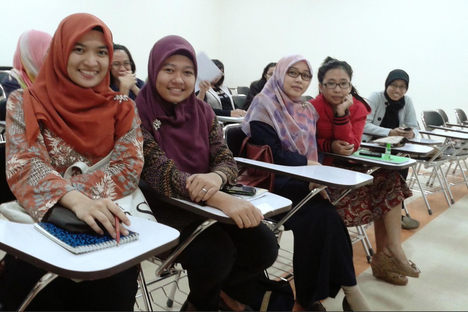 Cewek manis mahasiswi seksi dan hot Pakai Hijab batik di kelas