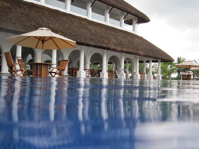 tómate un café dentro de esta piscina. Reformas integrales en valencia
