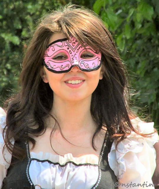 O mascã îti dã curajul sã zâmbesti în fata camerei foto !?-blog FOTO-IDEEA