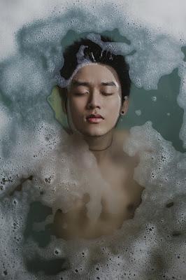 Un garçon dans un bain.