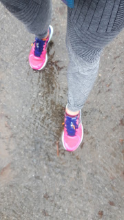 Asphalte, eau, pluie, souliers de course, jambes de coureuse