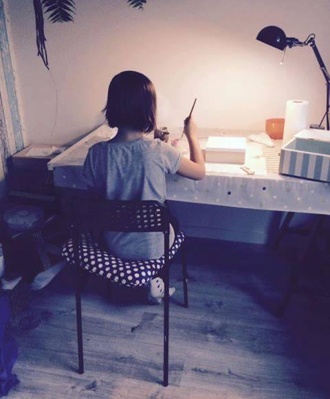 Zuzia realizyje swój projekt -ozdabia pudełeczko