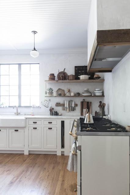 Традиционная кухня кантри в молочно-сливочных оттенках или воплощение мечты кулинарного блоггера Бет Кирби